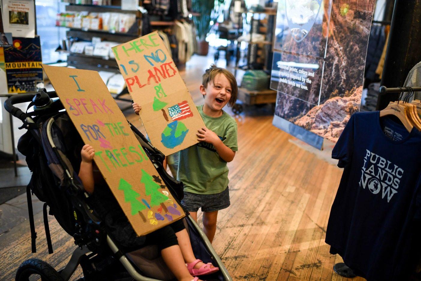 私たちの惑星の未来のために闘いながら大笑いする。これらのとても若い活動家たちは9月20日にデンバーでのストライキのために準備中。Photo: Aaron Ontiveroz