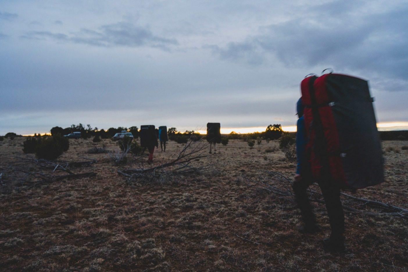 ボルダリングの1 日を終え、キャニオンから平原へと姿を現すクライマーたち。Photo: Eric Bissell