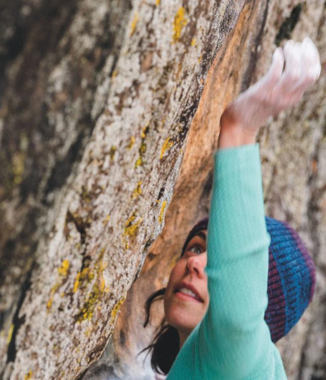 キャンプ場の近くでV6を登るジェーン・ジャクソン。ロイではどのキャニオンにいるかによって、ボルダーの色や質感や形は非常にさまざま。日陰で水の滴るこの課題は蛍光色の地衣類に覆われている。Photo: Eric Bissell
