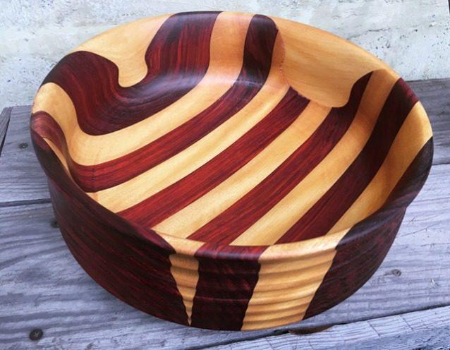 「どんなものに関しても『完全』とは、加えるべきものがなくなったときにではなく、取り去るものがなくなったときに達成されるのである」と言ったのはアントワーヌ・ドゥ・サンテグジュペリ。インドカリンとイエローハートの木材で作られたボウル。Photo: Anni Furniss