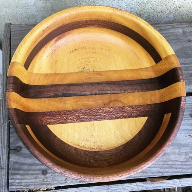このクルミ材とイエローハート材のボウルを制作するため、ジョンは4×12インチのブロックを3枚作り、それらを接着してブランク材を作成。接着剤を一晩乾燥させたあと、旋盤でこの形に削り出した。Photo: Anni Furniss