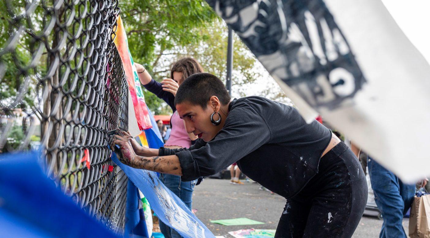 ニューヨーク市で開催された9月20日のグローバル気候ストライキの1週間前、若い活動家が結集して、参加者が洋服にピン留めするコットンの切れ端にスクリーン印刷するアートワークやバナーを作成。これはニューヨーク市の3つの地区で実施されたアート制作グループの1つ。Photo: Keri Oberl