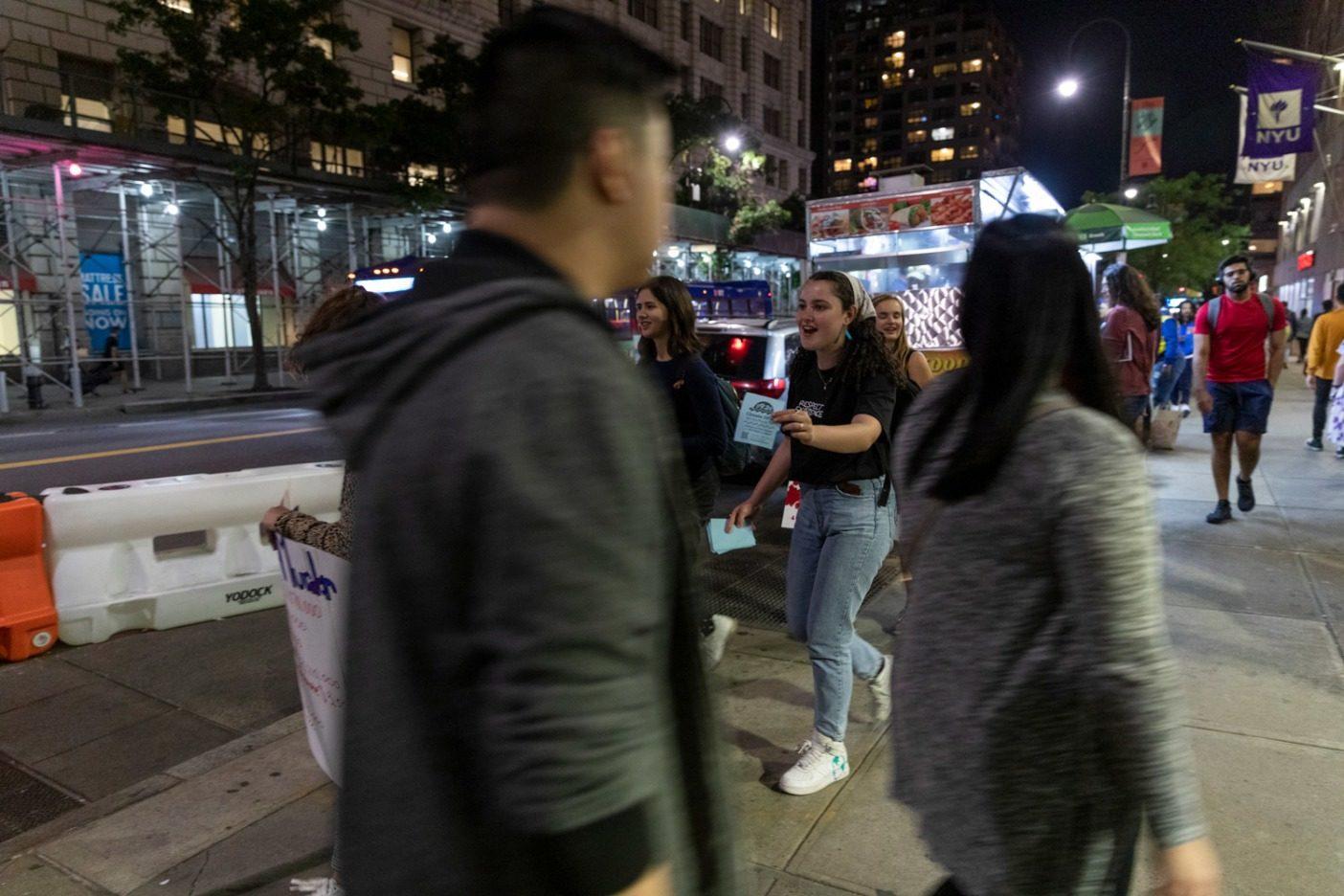 ストライキ前夜、マンハッタンの路上で気候ストライキのチラシを配る、主催者のオリビア・ウォルゲムスとナタリー・スウィート。オリビアは去る3月の金曜日、学校ストライキを開始した。それ以来、グローバル気候ストライキに参加するよう同校の何百人もの学生を説得してきた。Photo: Keri Oberly
