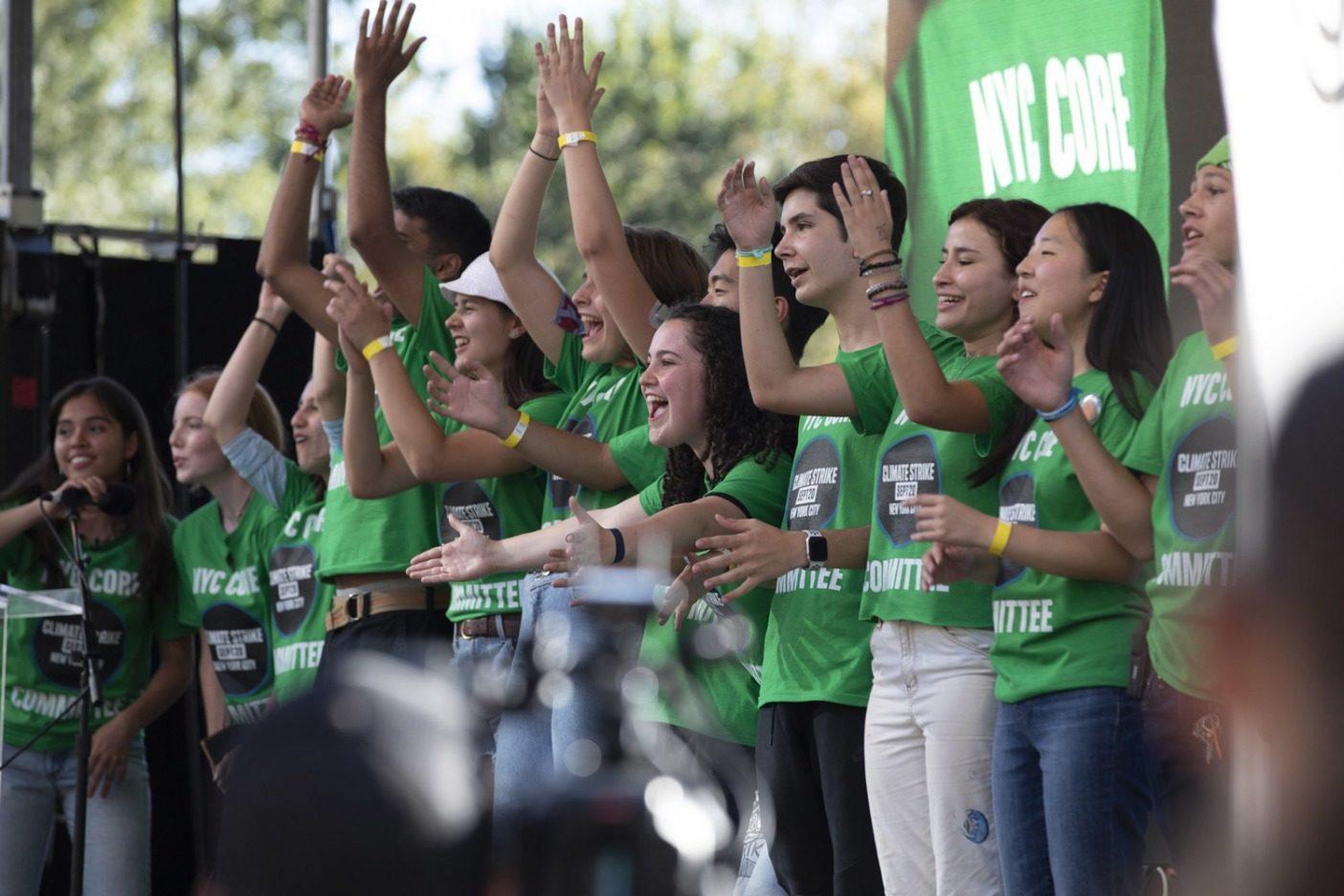 9月20日のストライキ終了後、コアチームの主催者15人全員がステージ上で完了を祝う。ストライキでは推定25万人が市街を行進した。Photo: Keri Oberly