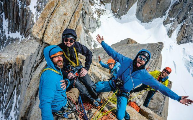 2つの異なるルートから、3つのチームがアグハ・デ・レスの山頂で合流。「ついに、やったぜ!」という経験を共有するダミアン・マスト、コナー・ダイシンガー、ヒョルディス・リッケルト、オースティン・シアダック、サム・ランバート。パタゴニア Photo: BERND ZEUGSWETTER