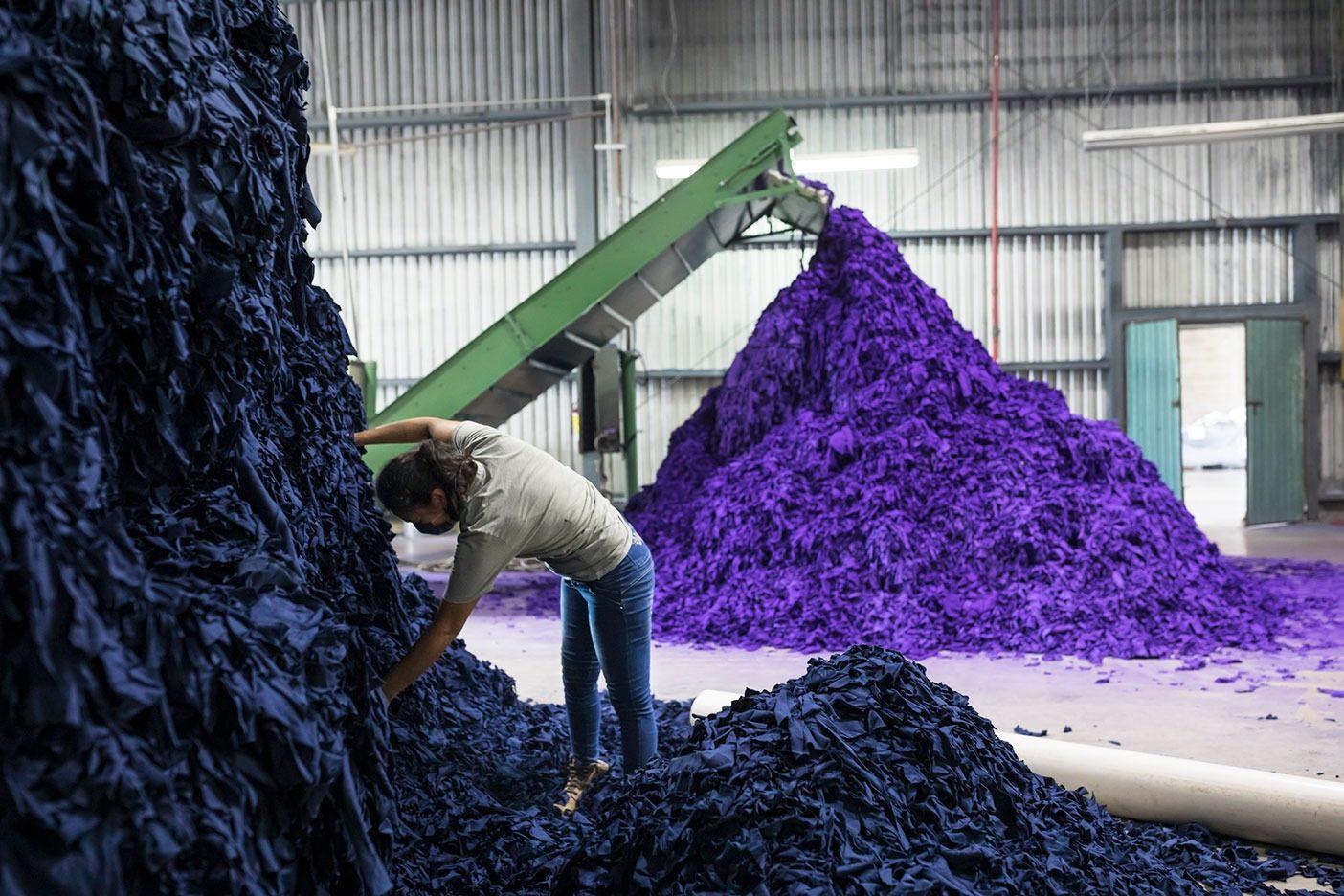 メキシコのメリダにあるジオテックス社の工場では、製造段階で回収された端切れから、パタゴニアのためにリサイクル・コットンの糸を製造する。Photo: KERI OBERLY