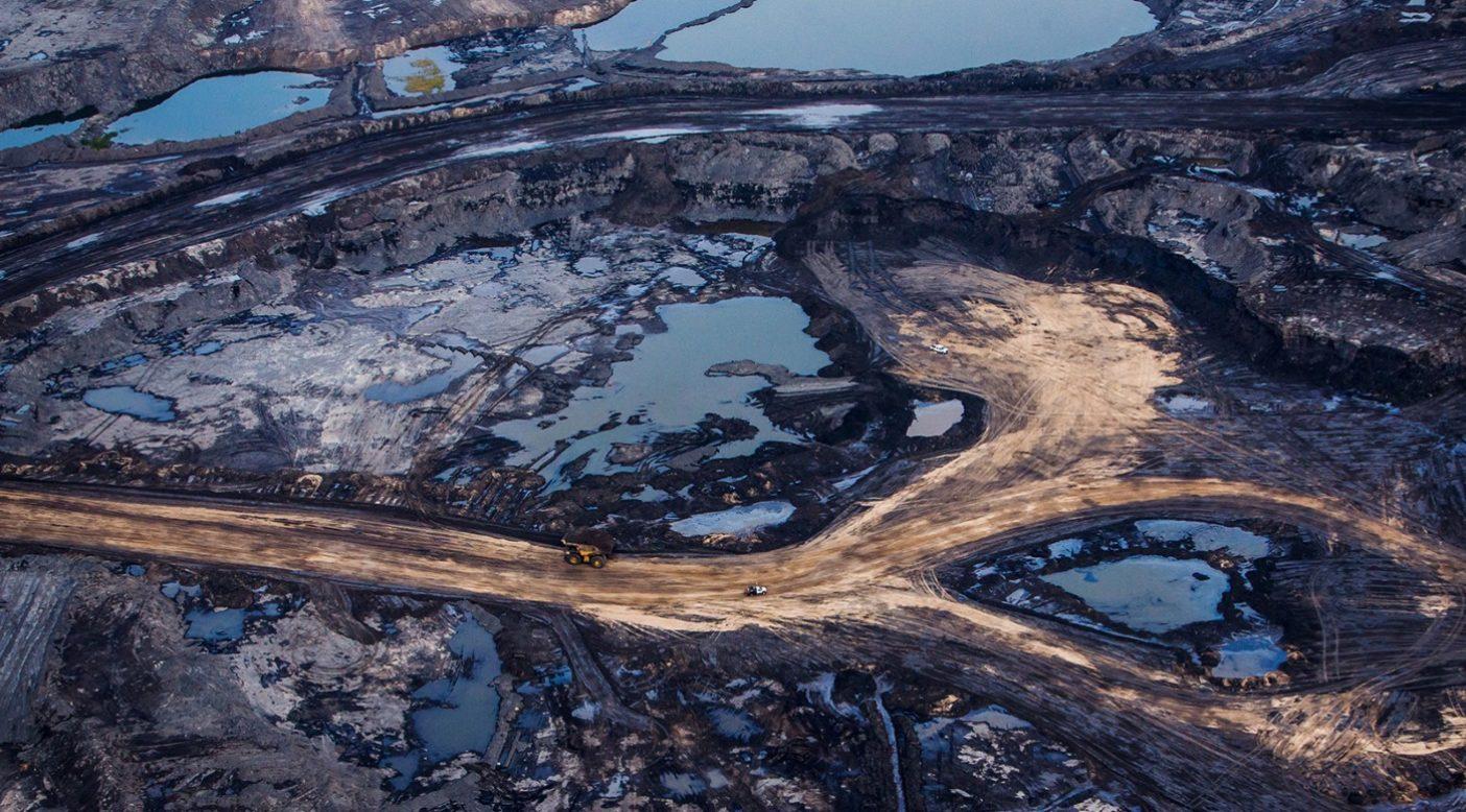 カナダのアルバータ州フォート・マクマリー付近にあるアサバスカ・オイルサンド。タールサンドとも呼ばれるこのオイルサンドは、砂、粘土、水の混ざった重質油層で、そのような汚染物は大がかりな処理方法で除去する必要がある。この原油採掘は土地を破壊し、カーボン・フットプリントが大きく、有毒な副産物を放出する。 Photo: Ben Nelms/Getty Images