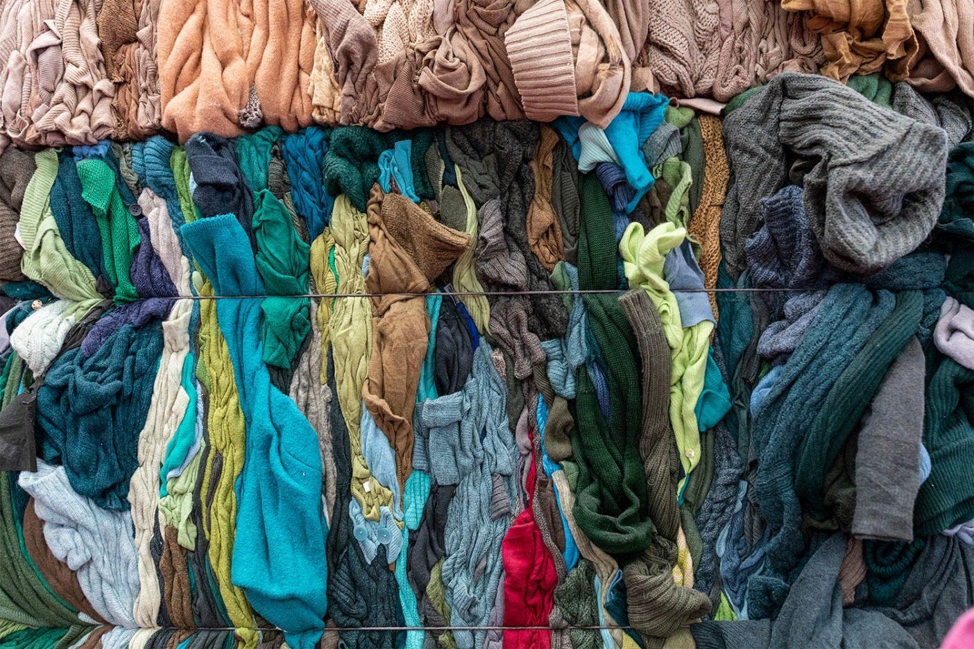 圧縮されたリサイクル・ウール衣類の俵。環境保護庁によれば、アメリカでは全テキスタイルのリサイクル率は、2015年は15.3%の250万トンだった。リサイクルされないものは埋立地行きか汚染物を大気に排出する焼却炉行きとなる。 Photo: Keri Oberly