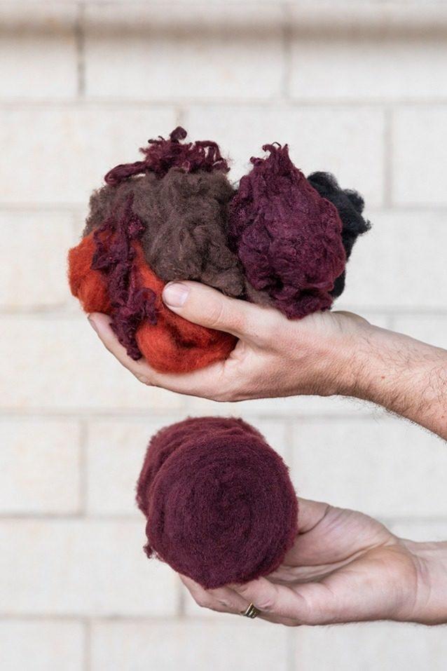 この機械的にリサイクルされたウールは染色の必要がなく、水とエネルギーを節約する。糸に必要な色は異なる色のリサイクル・ウールを色調合表に基づいて混ぜることで得られる。パタゴニアのオキサイド・レッド色に仕上がる深紅色3種の混合。 Photo: Keri Oberly