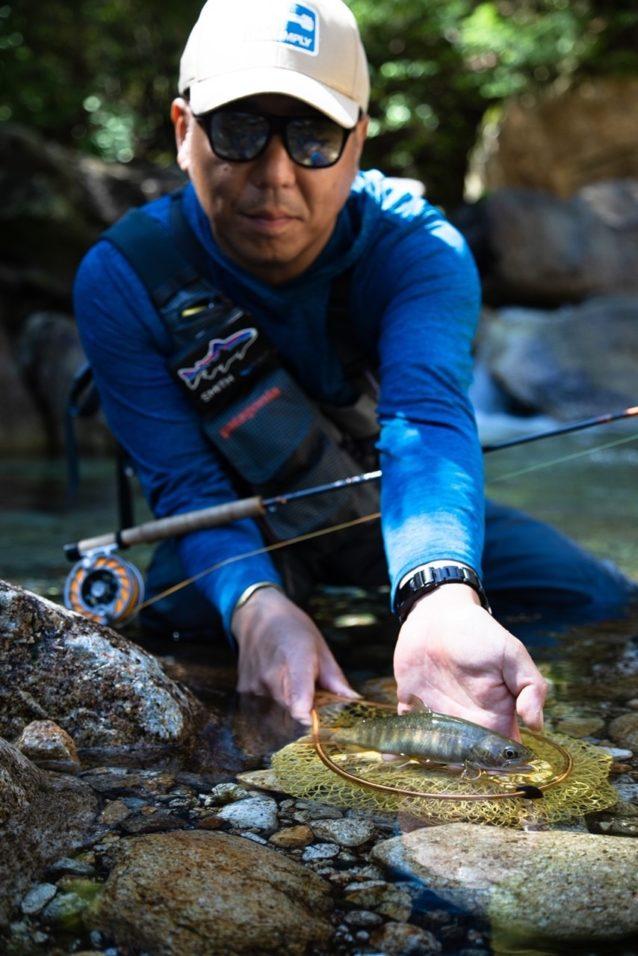 信州の渓で出会ったイワナ。大きく整った胸ビレが印象的だが……もちろんこの渓流も漁協が管理して魚を放流している。 写真:福本玲央