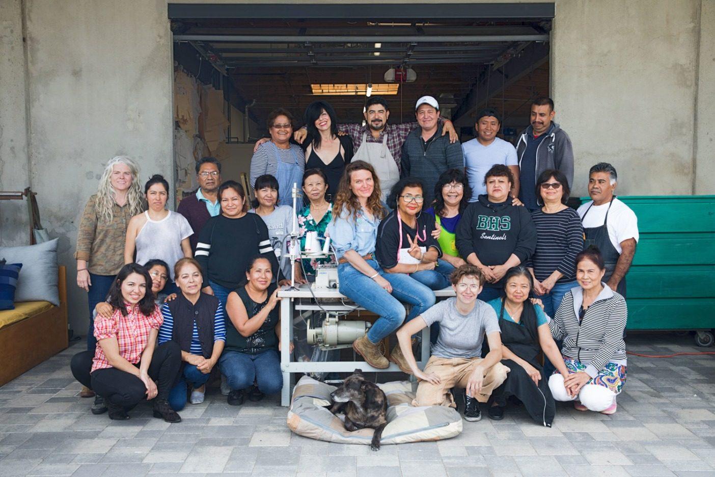 これはReCraftedの構想を実現に導いた、縫製店〈Suay〉で働くチームのほんの一部。カリフォルニア州ロサンゼルス。Photo:Lauren Ross