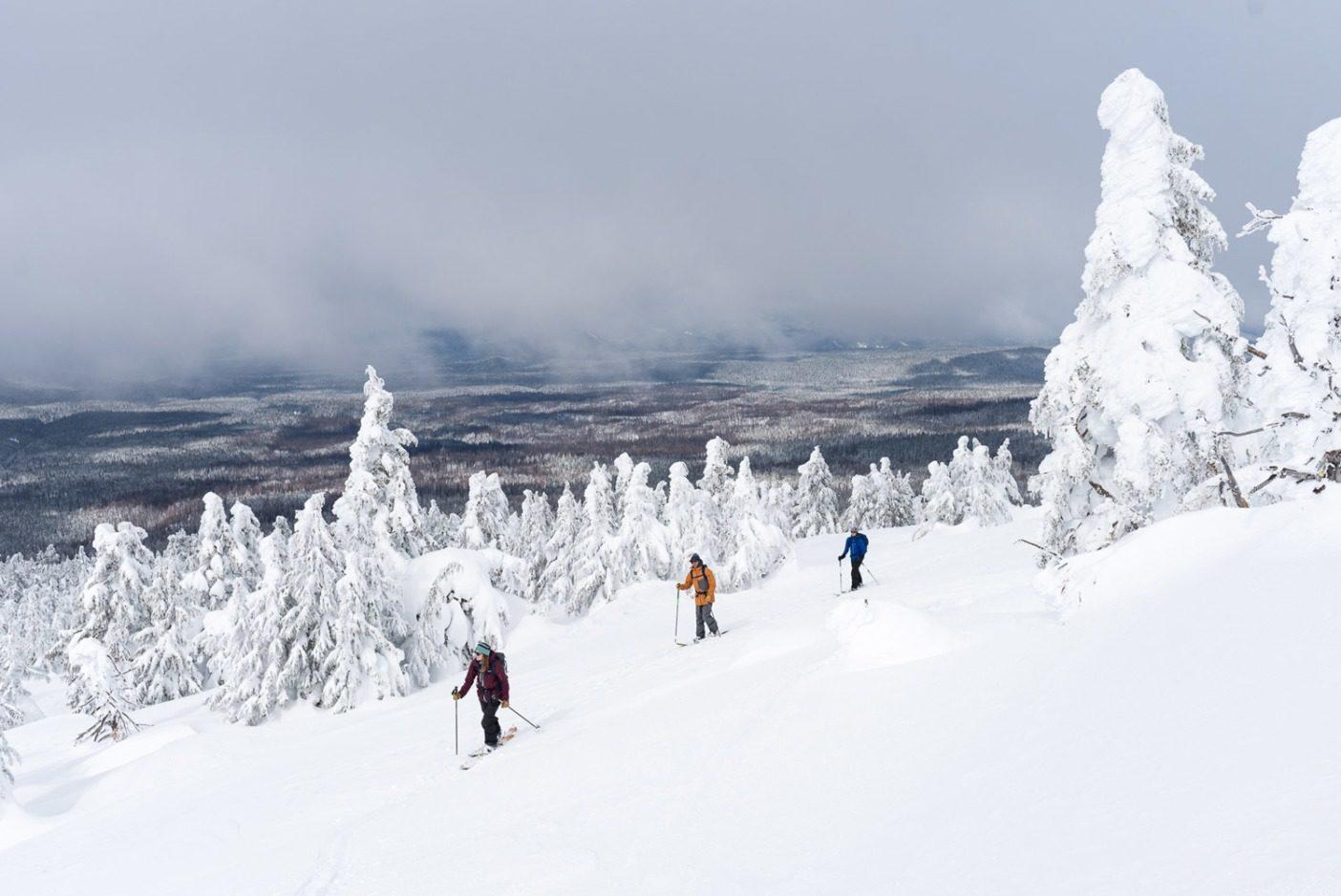 曇り空の下を進む朝のツアー。マリー=フランス・ロイがケイル・マーティンとリア・エヴァンスをリードして、雪のモンスターが立ち並ぶザ・ウォッチマンの西側を登る。続く24時間を激しい嵐が襲おうとしていた。Photo: Colin Wiseman