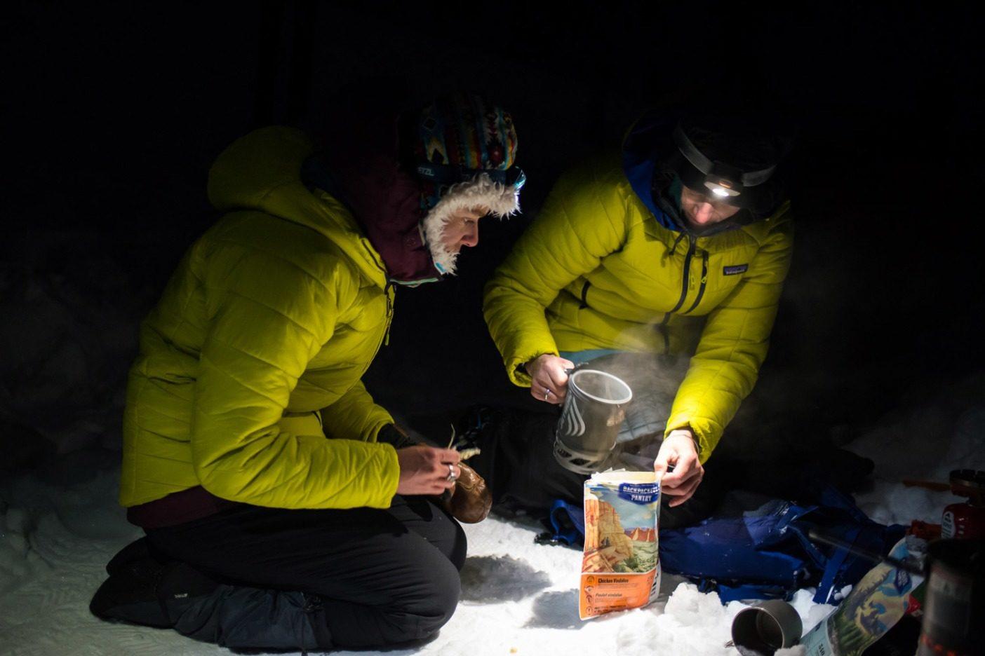リア・エヴァンスとマリー=フランス・ロイは暖かさを保とうと全力を尽くす。通常それは、太陽が沈み、気温が-7℃を下回った時の、防寒服の重ね着や、たっぷりの温かい食事を意味する。Photo: Colin Wiseman