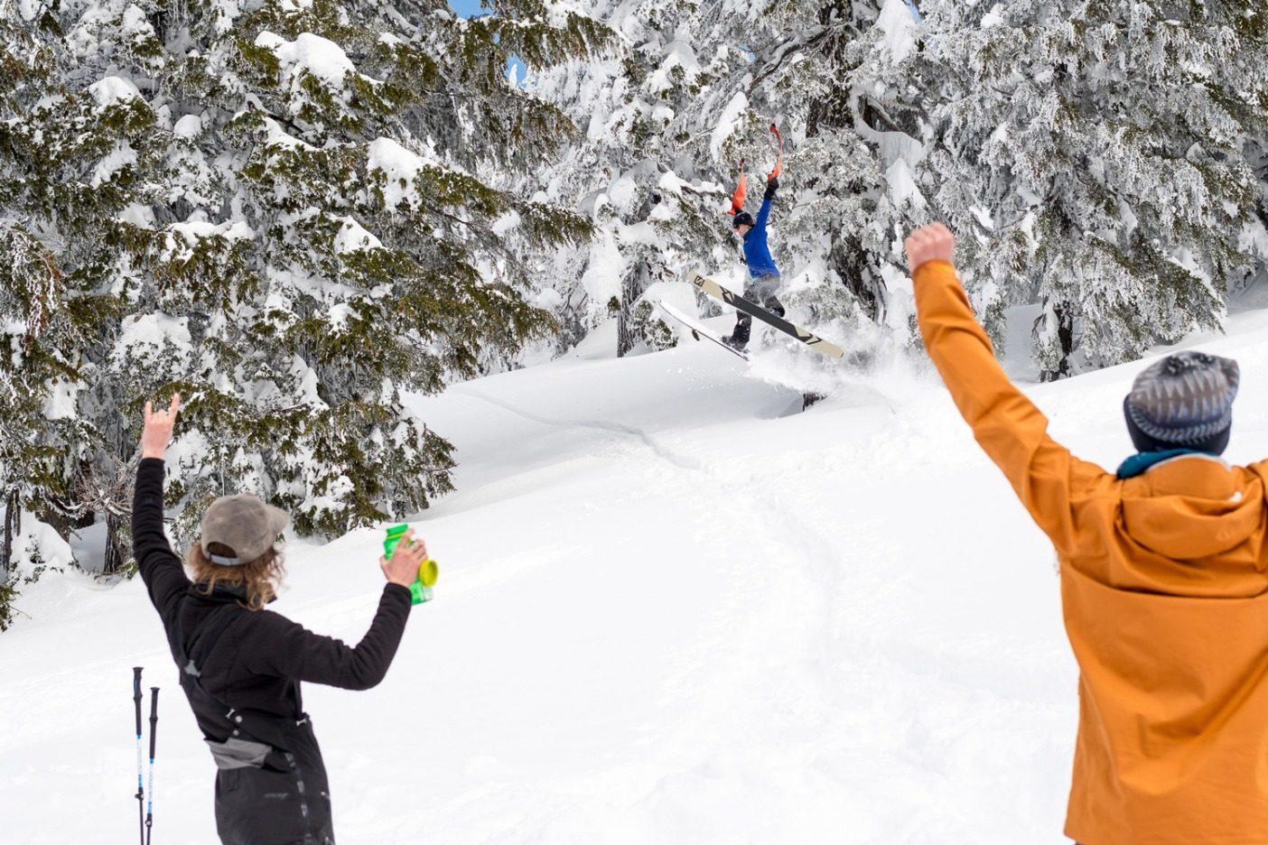 自然の中で寝泊まりしていると、必ずふざけて遊ぶ時間がある。マリー=フランス・ロイがこの小さな踏切台をキャンプの少し上に作り、リア・エヴァンスがスキンを手にそこから飛び出す。この後、また別のツアーに出かけた。Photo: Colin Wiseman