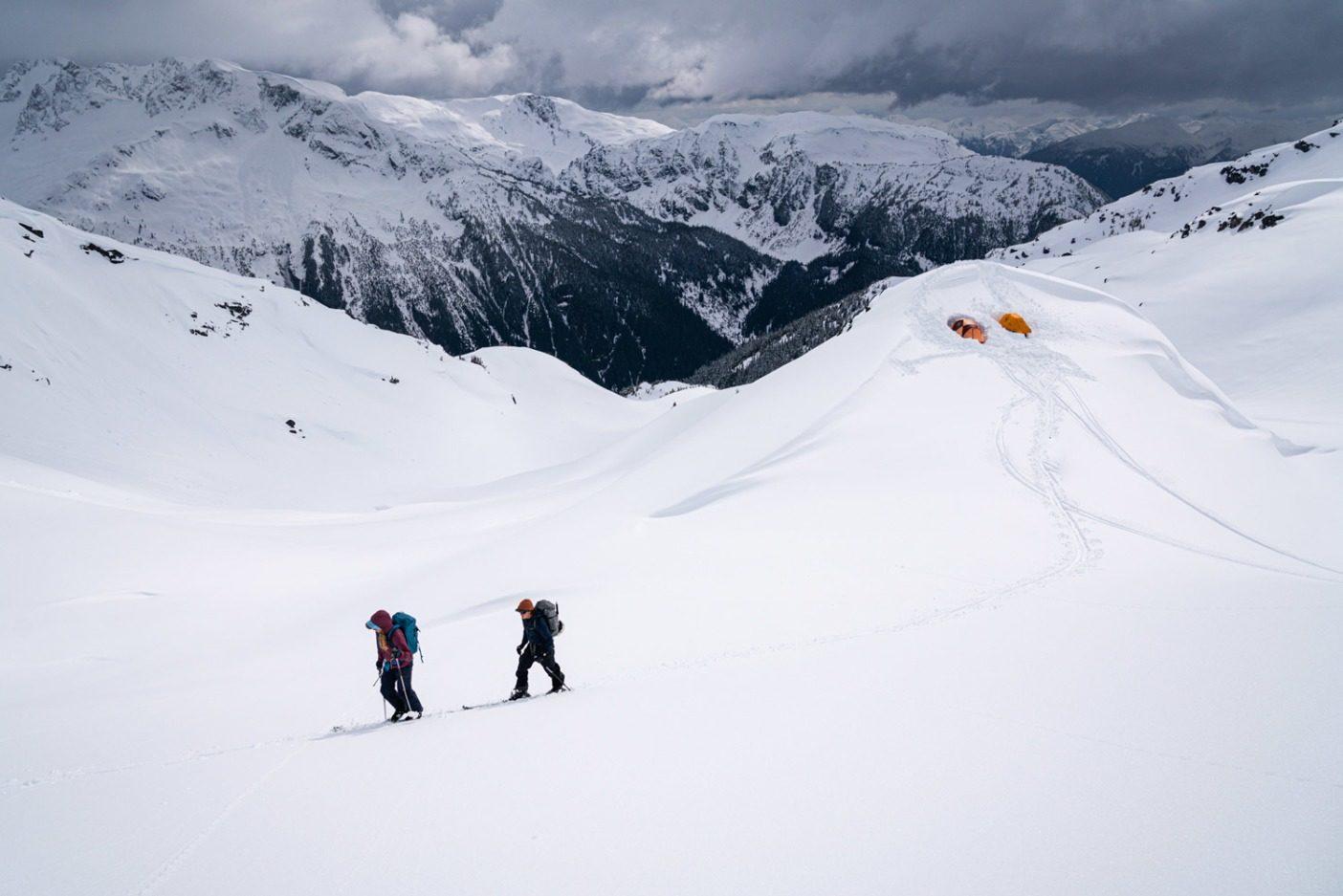 第2の高山ベースキャンプからスキニングするカトリーナ・ヴァン・ウェイクとケント・クリステンセン。不安定な積雪状態と強力な冬の嵐が、グループのこのエリアでの滑降を不可能にした。Photo: Jasper Gibson