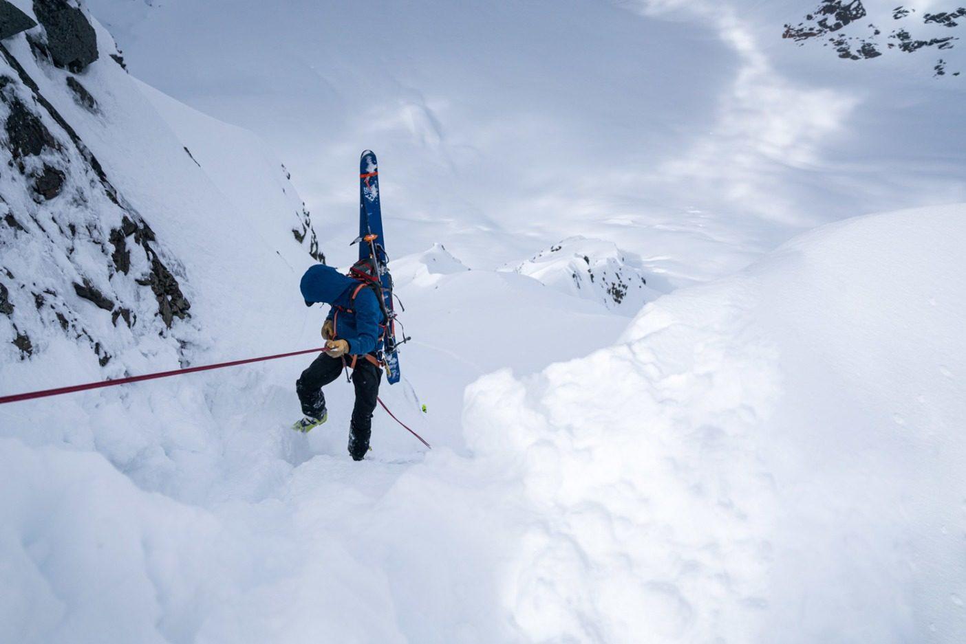 レスキューが保証されていない場所ではミスを犯すという選択肢はなく、パートナーが命綱になる。あらゆる物から遠く離れたスコットシンプソン山でエリック・ジョンソンは、「忌々しい山のクーロアール」へとアプザイレンしていく。下は数百メートルという危険な高さだ。Photo: Jasper Gibson