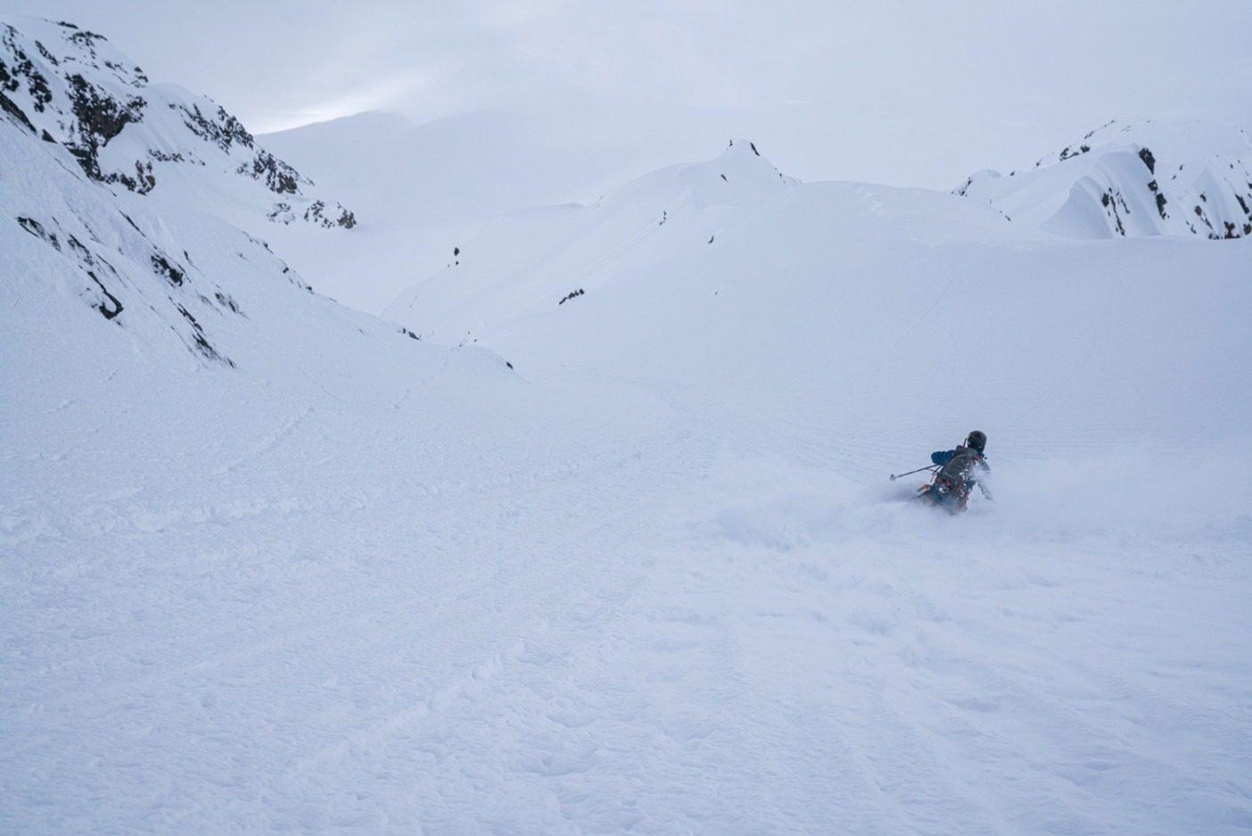 思い描いたライン。何年も具体的に考え、何カ月も準備した後、探検旅行に出てほんの数日で、エリック・ジョンソンは「忌々しい山のクーロアール」で最初の滑降を実現した。Photo: Jasper Gibson