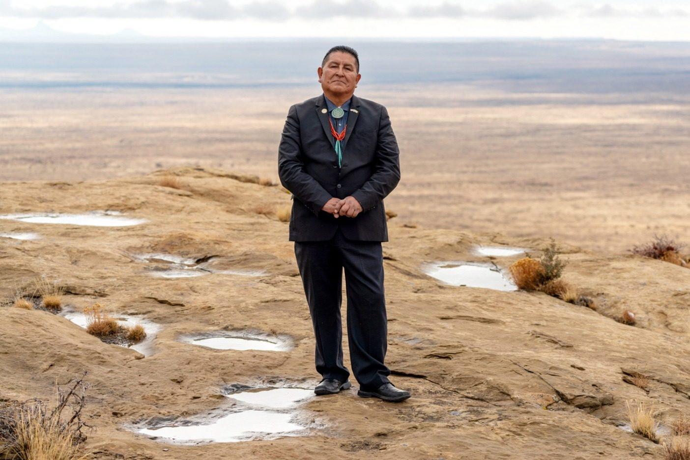 クラーク・テナコンヴァはホピ族の副会長で〈ベアーズ・イヤーズ・インター・トライバル・コーリション〉でホピ族の代表を務める。テナコンヴァはホアテヴェラ村のサードメサ出身で、ラビット・アンド・トバコ氏族に属す。彼は伝統的な農家、牧場主、退役軍人、アーティスト、音楽家。この写真は、いまはアリゾナとなったホピの土地で撮影された。Photo: Michael Estrada