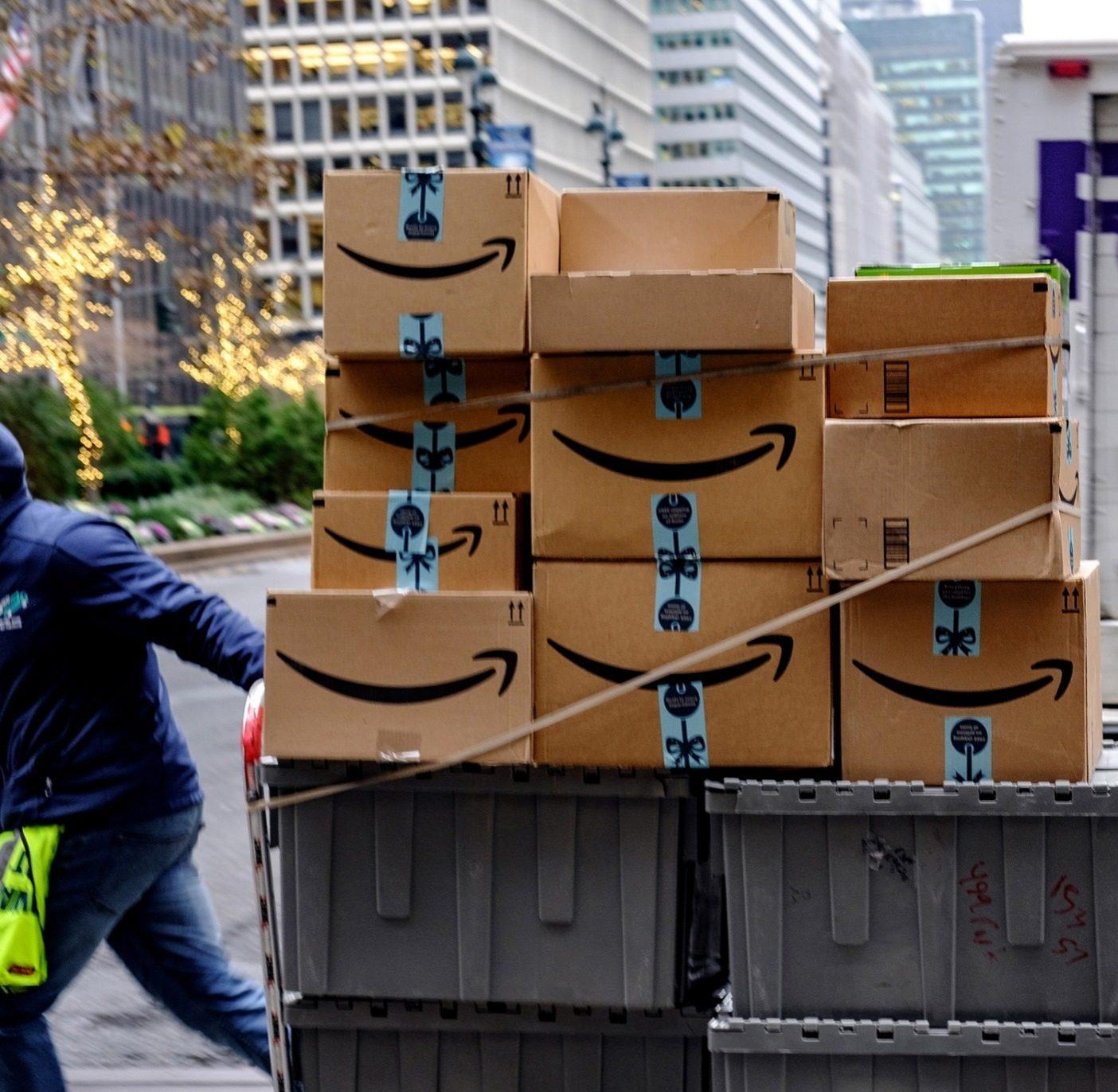 ネットゼロを達成するという目標は最初の一歩に過ぎず、最終的には排出量をオフセットするという方法への依存を減らし、いずれは総排出量自体をゼロにすることを望んでいる。これを実現するには、ビジネスや顧客に、この運動に参加してもらうことが必要となる。ニューヨーク市で小包を運搬する労働者。Photo : Christopher Lee/Getty Images
