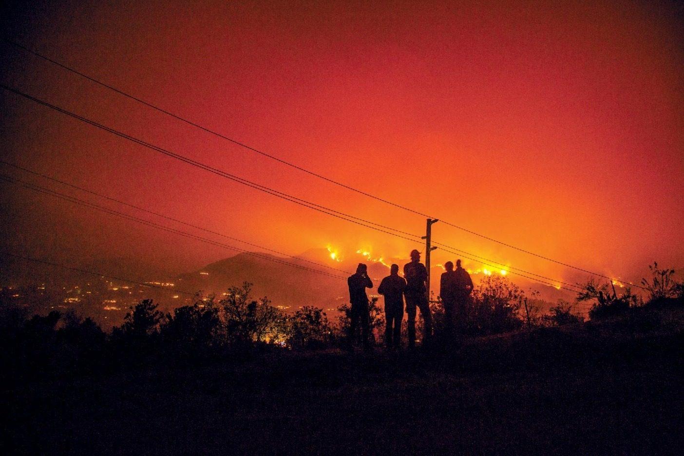 パタゴニア社員の居住、勤務、行楽など、その生活すべてに影響を与えるベンチュラ市とサンタバーバラ郡における2017年のトーマス山火事の光景。パタゴニアの社員5人が火災で家を失い、ベンチュラの社員の約半数が何週間も避難勧告を受けた。Photo:Donnie Hedden
