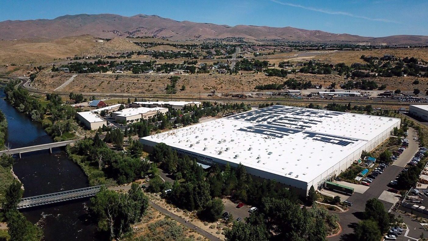 リノの配送センターの屋根に設置されている太陽電池アレイ。これらの太陽電池パネルは、やがて同施設のエネルギー需要の80%を供給することになる。Photo : Ryan Inskip
