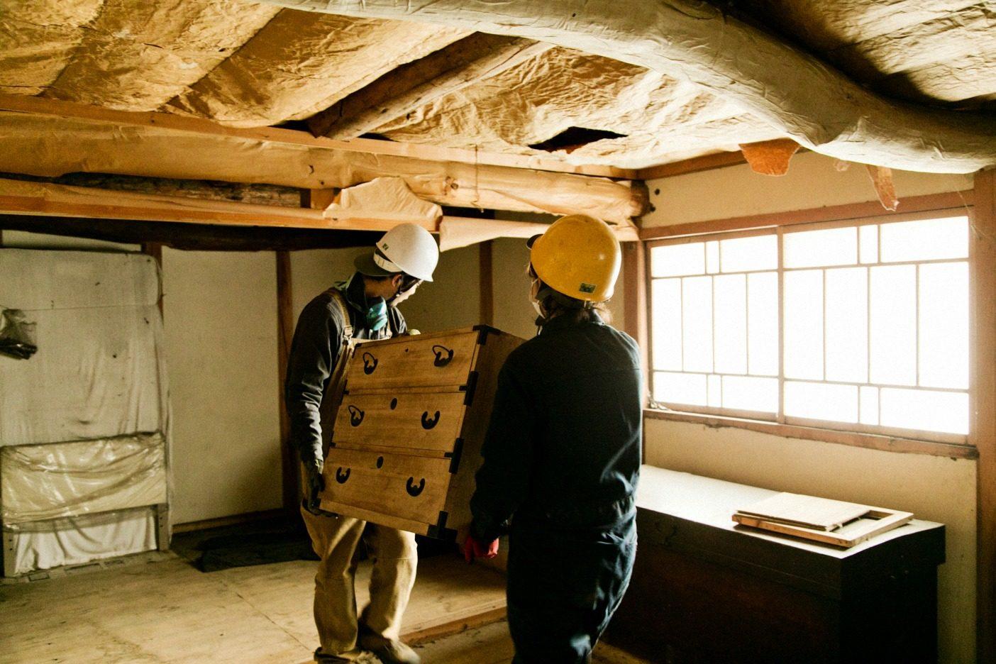 建具や床板のほか、古道具や農具をレスキューすることも。この家からは軽トラック1台分の古道具を救い出した。写真:五十嵐 一晴