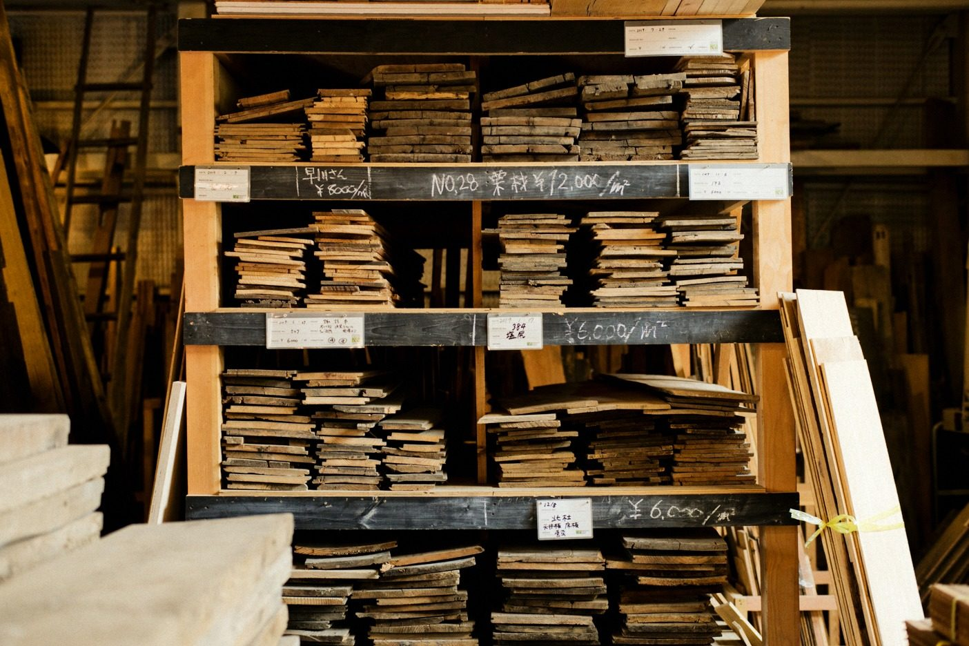 古材にはそれぞれ番号が振ってあり、いつ、どの家からレスキューした資材なのか辿れるようになっている。古材にはストーリーがあるということを実感できるシステムだ。写真:五十嵐 一晴
