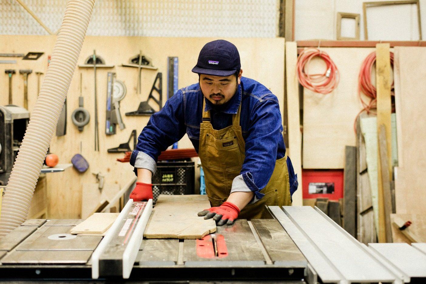 リビセンがレスキューする古材は年間でおよそ60トン。それぞれきれいに洗い、使いやすいサイズにカットするなどの加工を施す。写真:五十嵐 一晴
