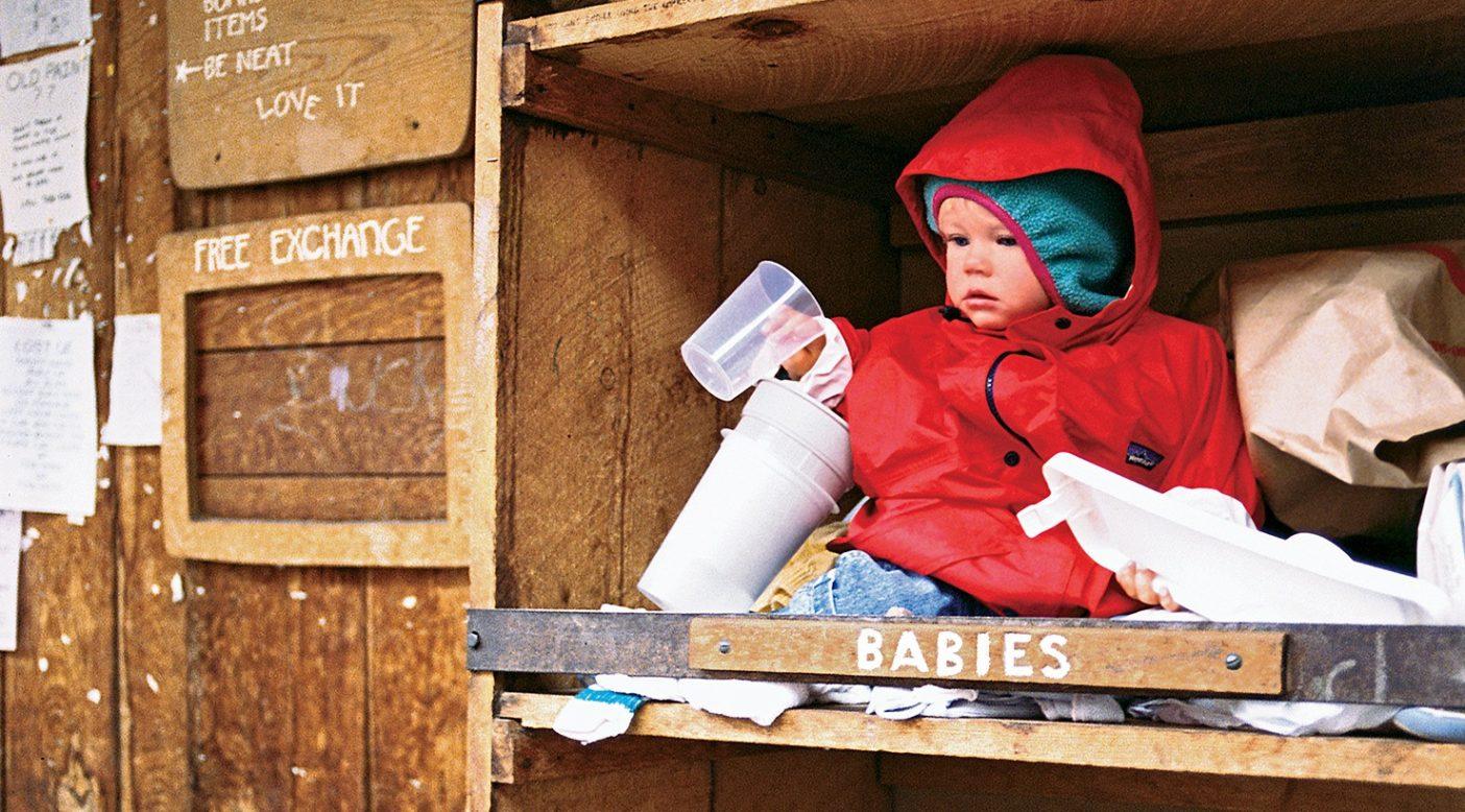 無料の遊び場を活用するガリー・ビガム(1歳)。コロラド州テルライド