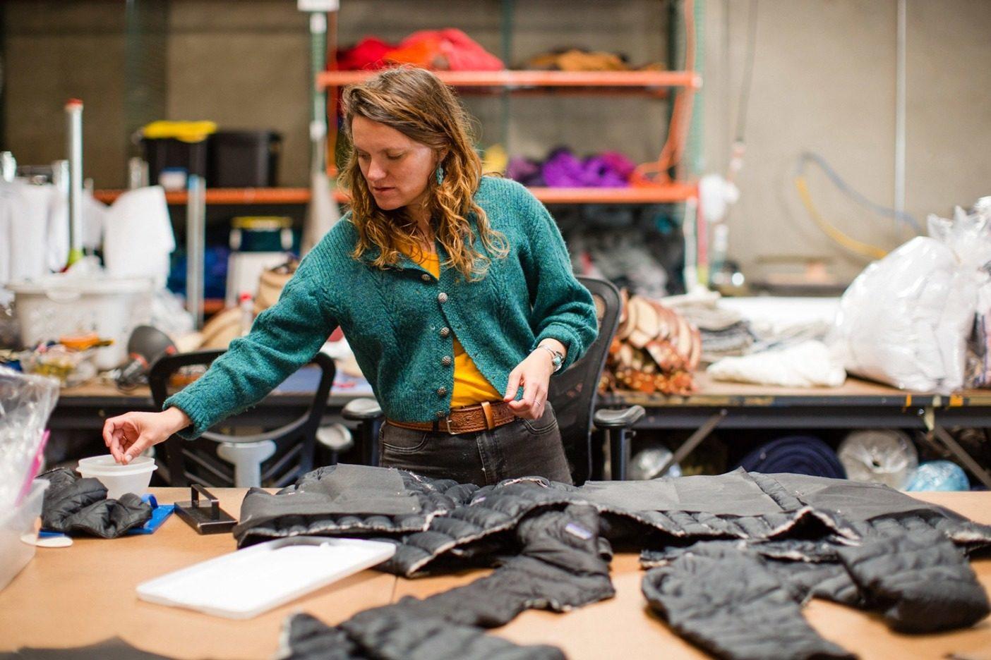 ネバダ州リノにあるパタゴニアのWorn Wear施設で収集した古着の端切れをReCrafted(リクラフテッド)の製品ラインに利用するロサンゼルスの縫製工場スアイのオーナー、リンジー・ローズ・メドフ。Photo:Kern Ducote
