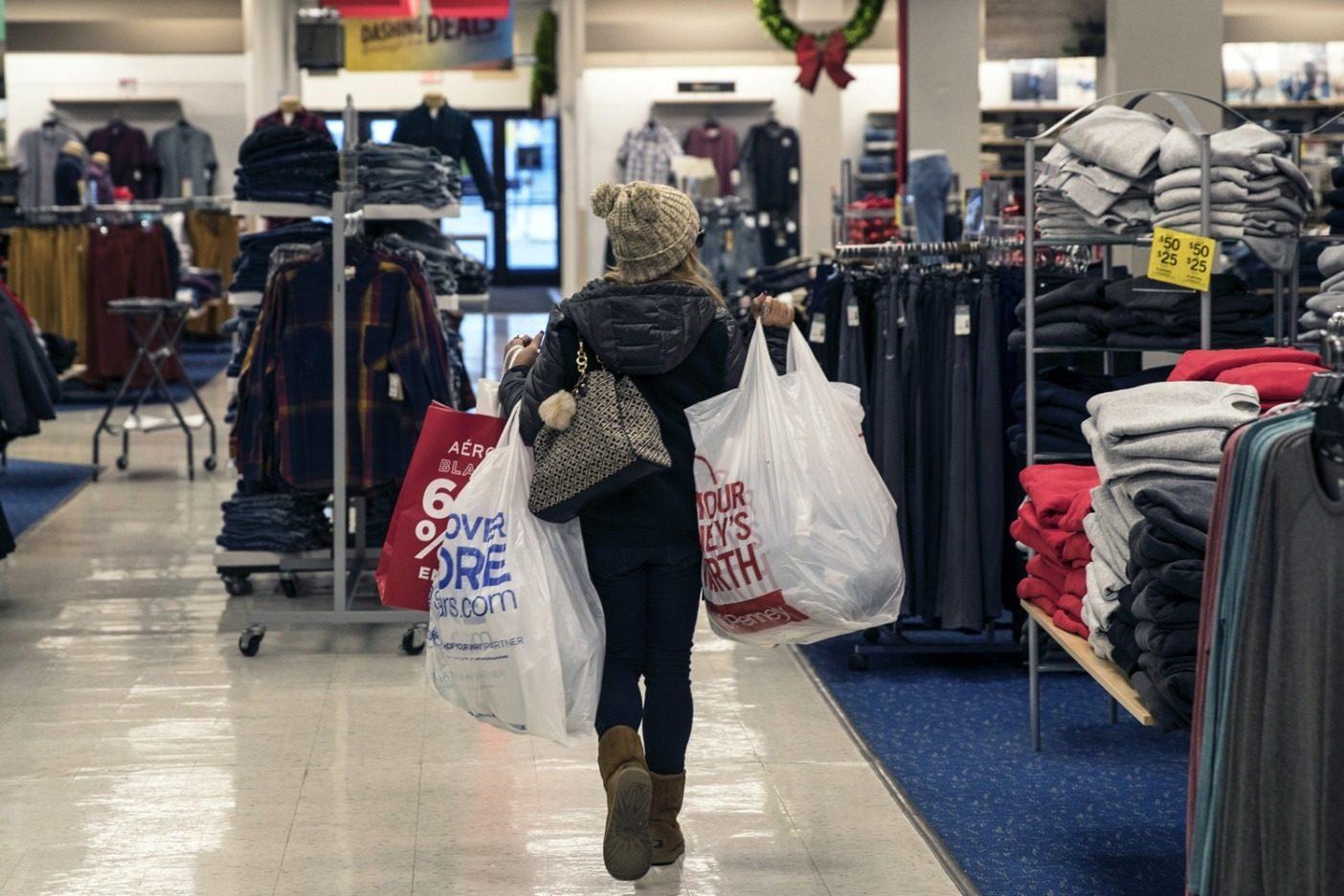 消費主義のはびこる感謝祭とサイバー・マンデーの期間は地球にとって過酷なときだ。ニュージャージー州ジャージーシティにあるニューポートセンター・モールでのブラックフライデーの買い物客。Photo:Victor J. Blue/Getty Images