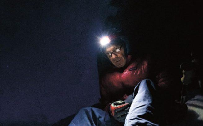 フィールドテスト・コーディネーターの魅力的なお仕事。エステス・パークの自宅から近いロッキー山脈で、夜中にびしょ濡れのジャケットとの和解に努めるケリー・コーデス。コロラド州 DanielGambino