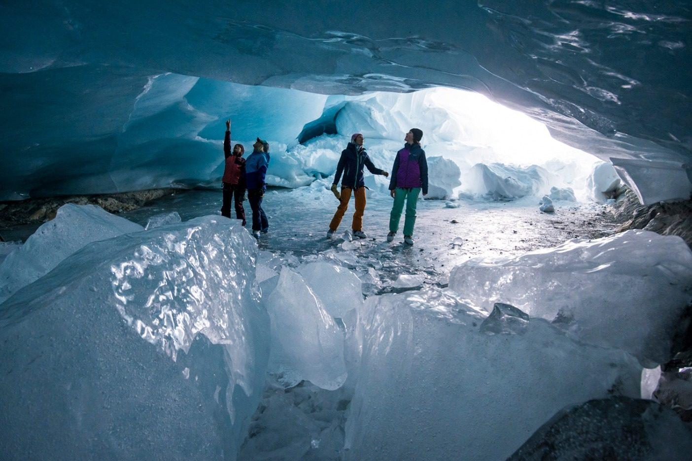 永遠だが一瞬。ボウ氷河の下で、溶けてできた新しい洞窟に侵入するメンバーたち。氷の塊が床に散らばり、洞窟に入るかを慎重に考えた(気候変動により、氷の状態を予測することが困難になっているのだ)。しかし、洞窟が完璧な半円形型アーチになっていることを全員が理解し、多少の侵入は安全だと確信した。Photo:Kennan Harvey
