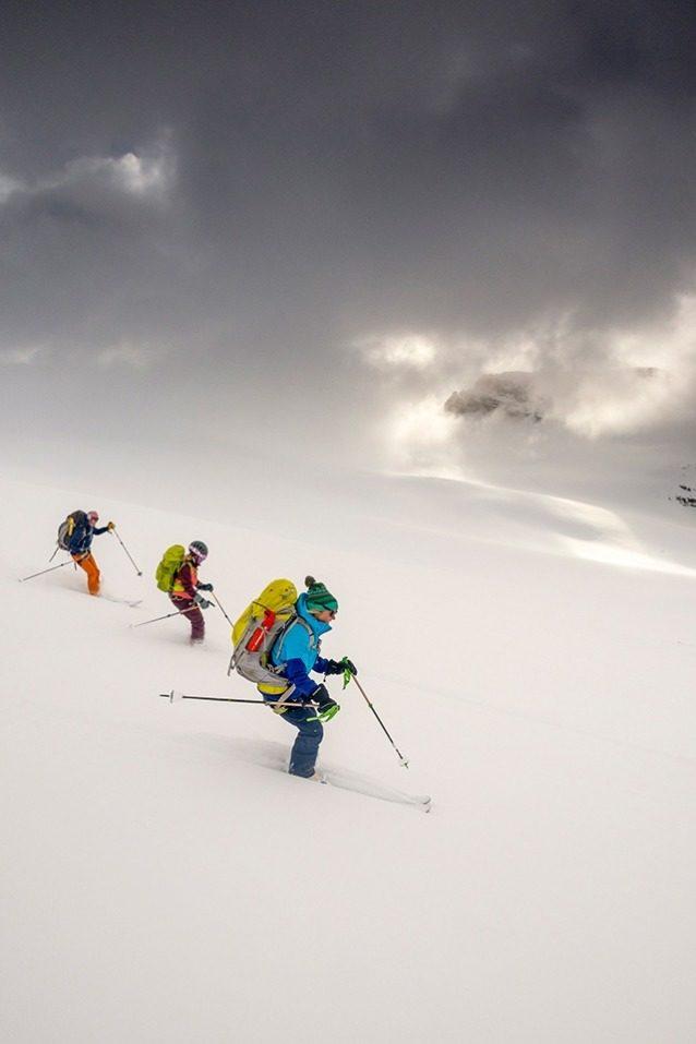 ロンダ山頂から2晩目の目的地ペイトー・ハットに向かって滑降するシェリル、ローンとナン。荷物は重いが、スキーは雪上を簡単に滑った。氷河が驚くべき速さで消失した結果、新たに作られた小屋まで続く最後の91メートルの登りを考えなければ、ペイトーはこのワプタトラバースの絶景ハイライトだ。Photo:Kennan Harvey