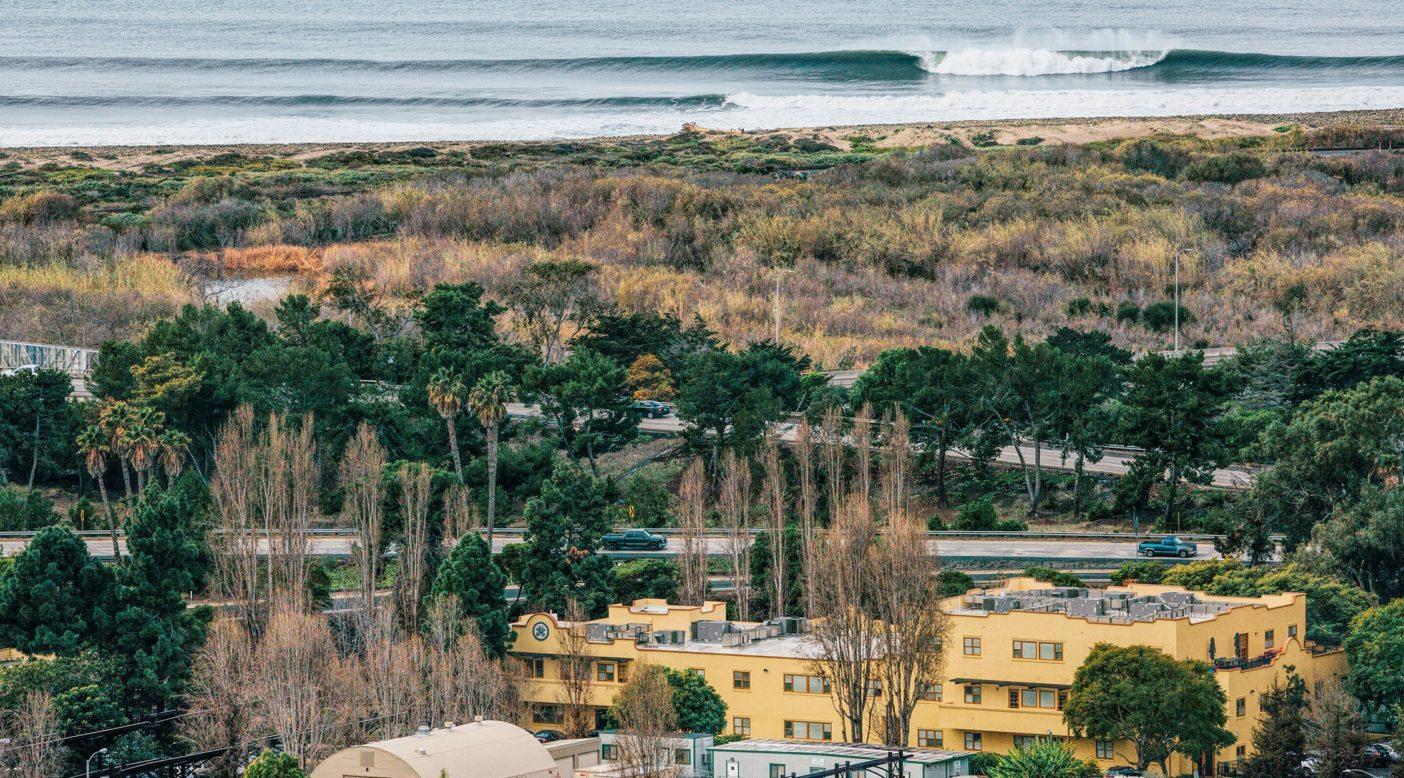 昼休みは長くなりそう。パタゴニア本社での仕事とサーフィンのバランスを崩しそうなほど絶好のスウェル。カリフォルニア州ベンチュラ Kyle Sparks