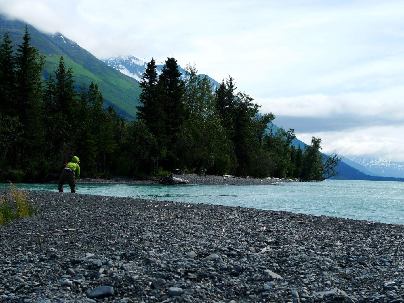 フライフィッシング道具とキャンプ道具一式をバックパックに詰め、ひとりヒッチハイクでアラスカ各地をめぐり、秋に湖から河川に遡上する大型ニジマスを狙う著者。写真:村上春二