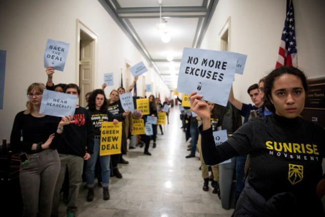 2018年12月、ナンシー・ペロシ下院議長のオフィスで「サンライズ・ムーブメント」の活動に参加するナオミ・ホラード(右)。写真:サンライズ・ムーブメント Rachel Warriner 提供