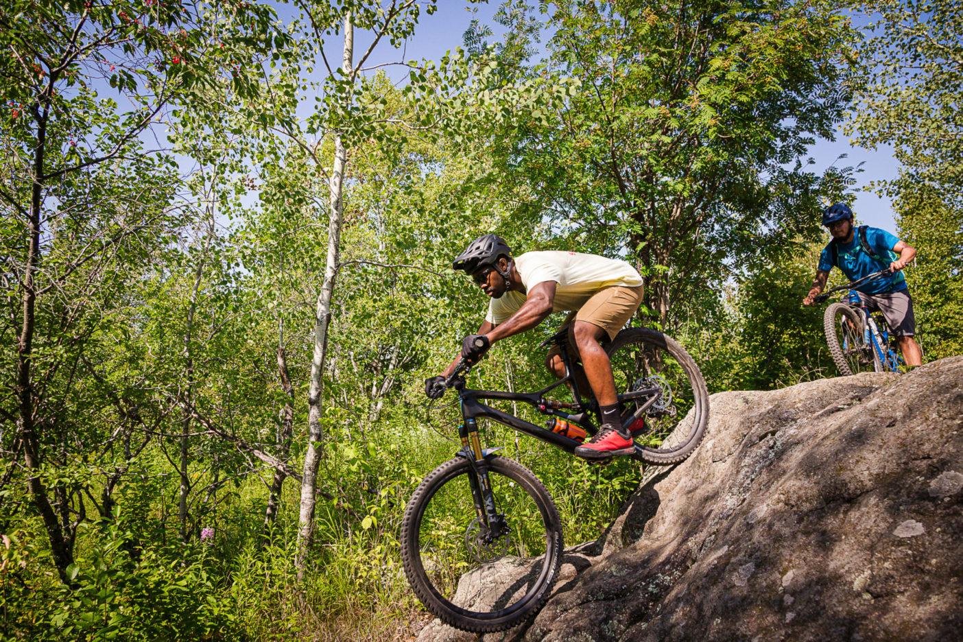 アッパー・ミッドウエストの地形は平らであるという一般的な誤解に反して、ミネソタ州ダルース周辺のトレイルは挑戦しがいのある地形がたっぷりあるため、〈国際マウンテンバイク協会〉からゴールド級の「ライド・センター」指定を受けている。この写真は、ピードモントのトレイル網の難所をこなすトレイシー・ブラウンとエリック・アルセ。 Photo:Hansi Johnson