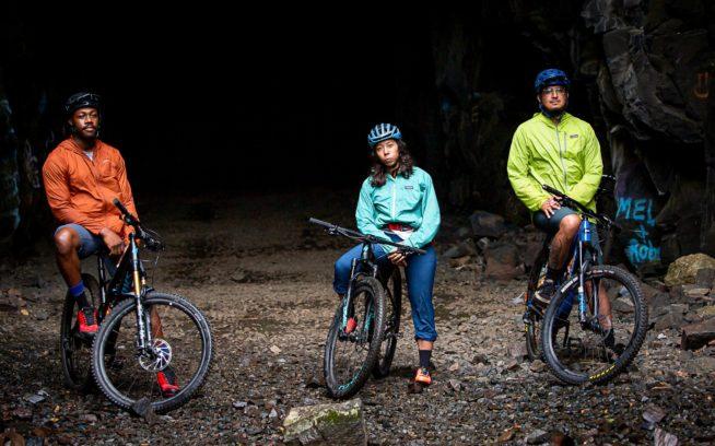 気の合う仲間と一緒にいれば、どこでもアットホーム。たとえ、ミネソタの洞窟でも。ダルースでの雨天のライド中、 集合写真でポーズを取るトレイシー・ブラウン、レイチェル・オルザーとエリック・アルセ。Photo:Hansi Johnson