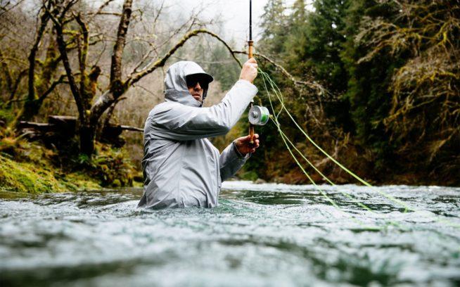 オレゴン州沿岸のスチールヘッドの川に腰までつかり、スペイキャストしようとするジェフ・ヒックマン。Photo:Jeremy Koreski