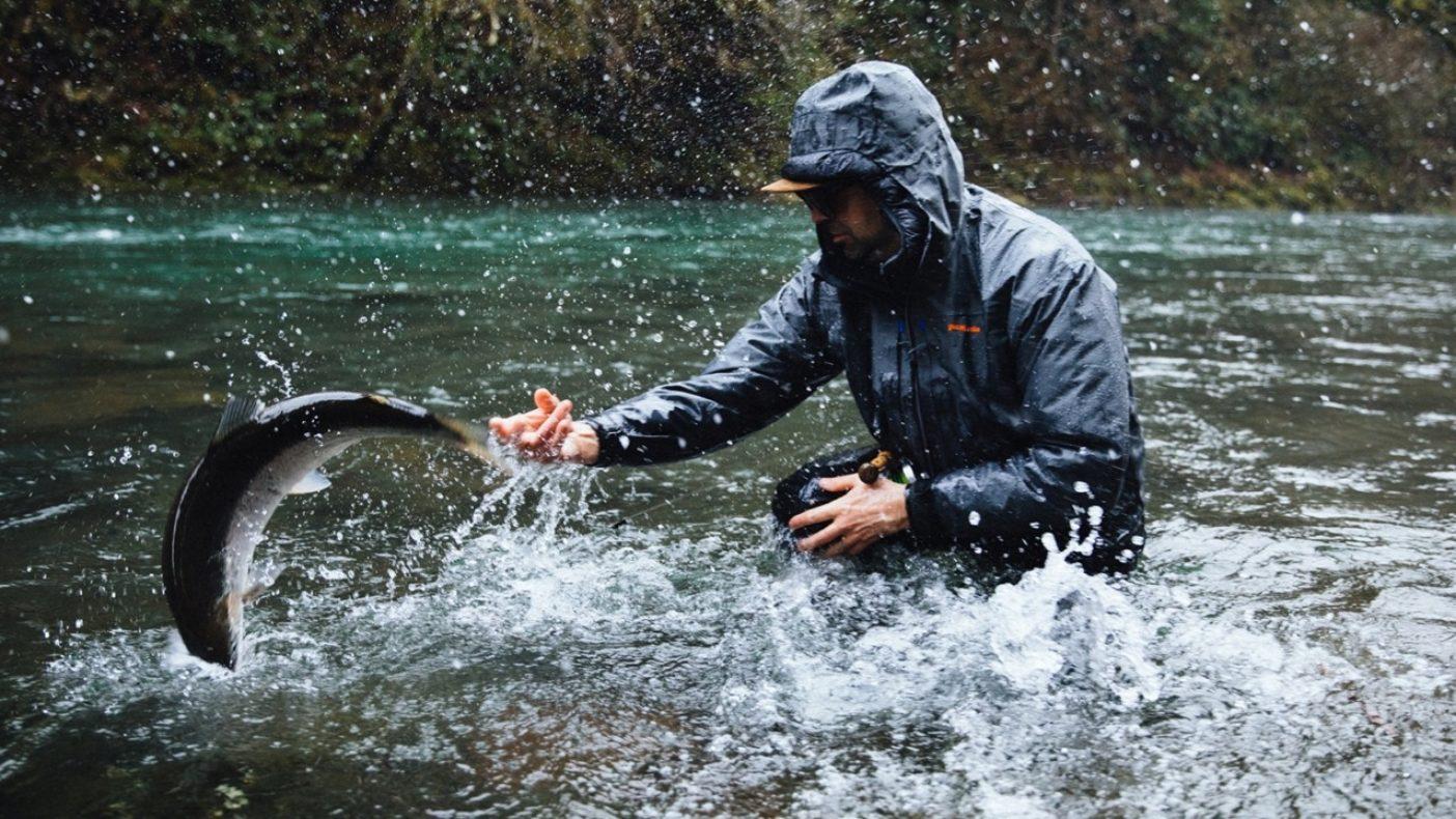 釣るのは難しい、持つのはもっと難しい。オレゴン北部で、野生のスチールヘッドのリリースに苦戦するジェフ・ヒックマン。写真:Jeremy Koreski