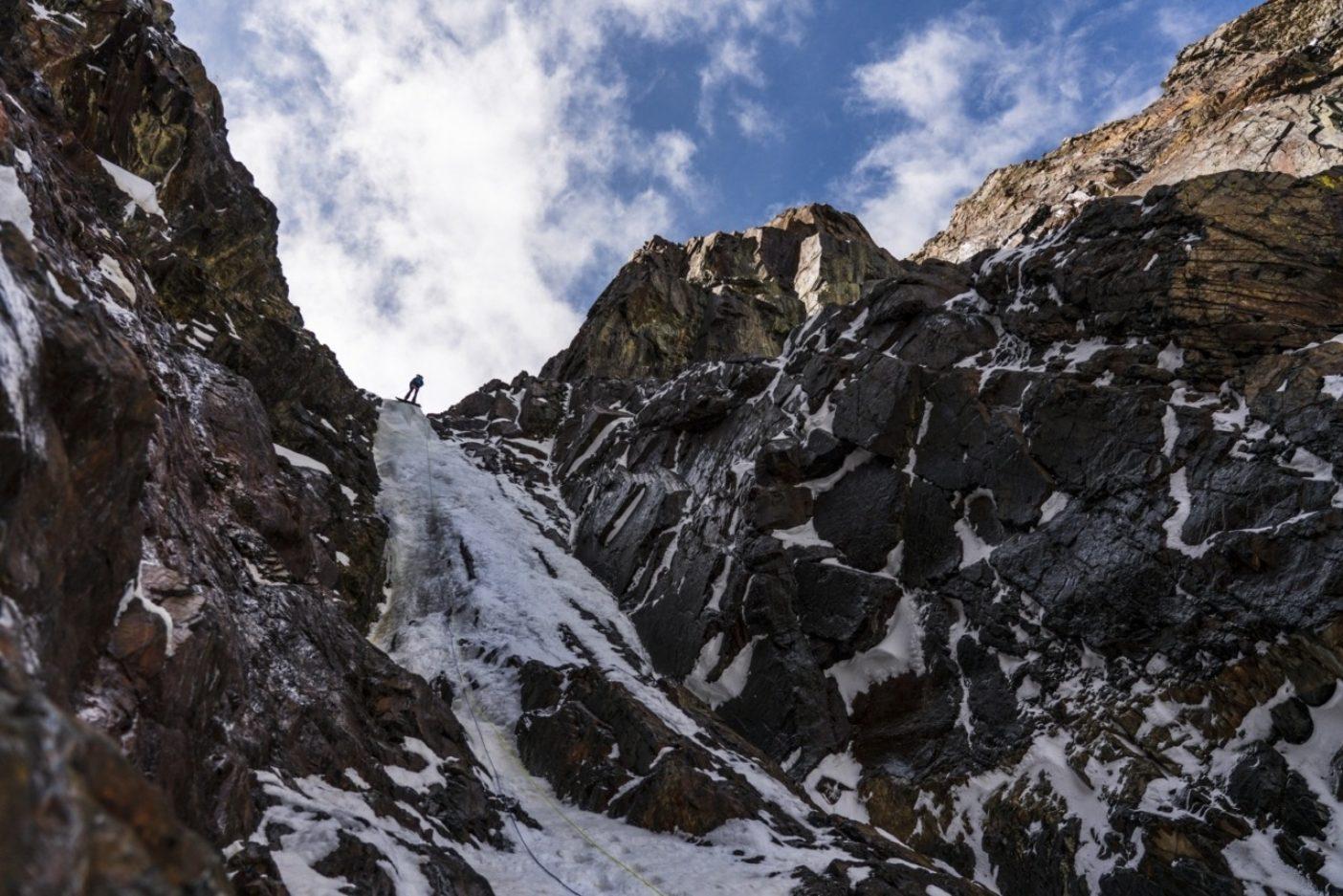 「虫の知らせも遠ざける、ある日のある氷瀑にて」とでも言ったところか。モリソン山・北東壁のクーロワールで、60メートルの最終ピッチのニック・ラッセル。写真:クリスチャン・ポンデラ