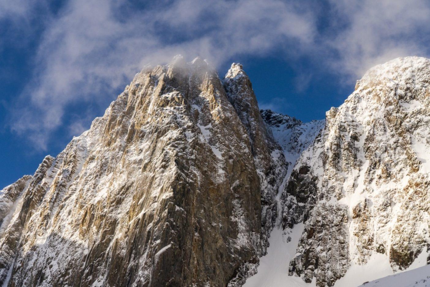 モリソン山の北東壁にある「死の岩溝」と呼ばれるY字ラインと氷瀑を含む全景。ニック・ラッセルとクリスチャン・ポンデラが制覇するまで、初滑降の記録は存在しない。しかしラッセルはそれを「初」と呼ぶことに慎重だ。「90年代にどこかの強者がソロでそれをやり遂げていた可能性がないともかぎらない」からだ。写真:クリスチャン・ポンデラ