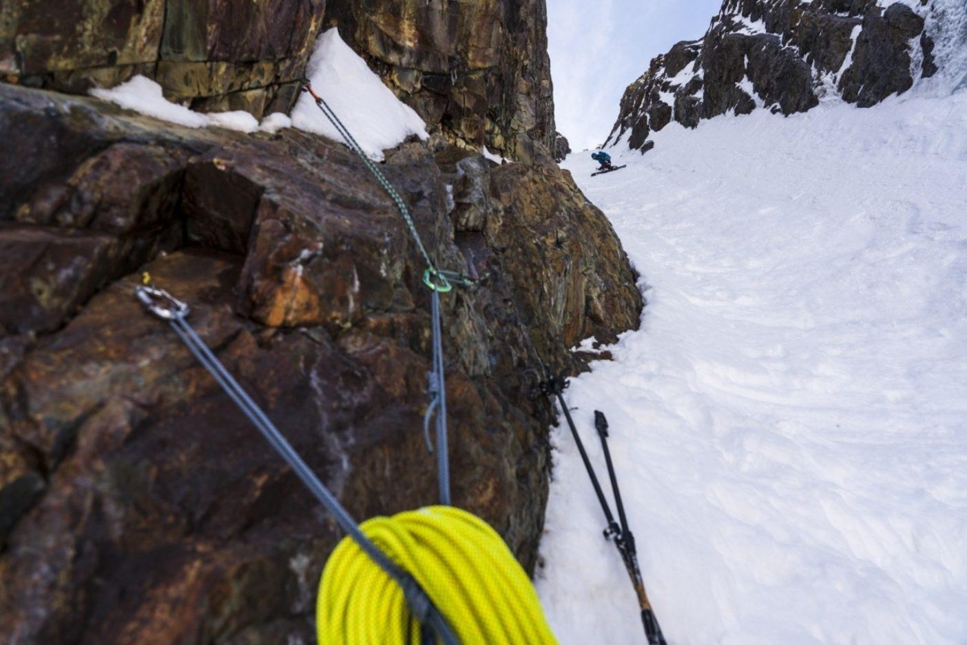 下りの核心部、このラインで最も急斜度のピッチをニック・ラッセルは安全に滑り抜ける。60メートルの氷瀑の垂直下降部の真上である。写真:クリスチャン・ポンデラ