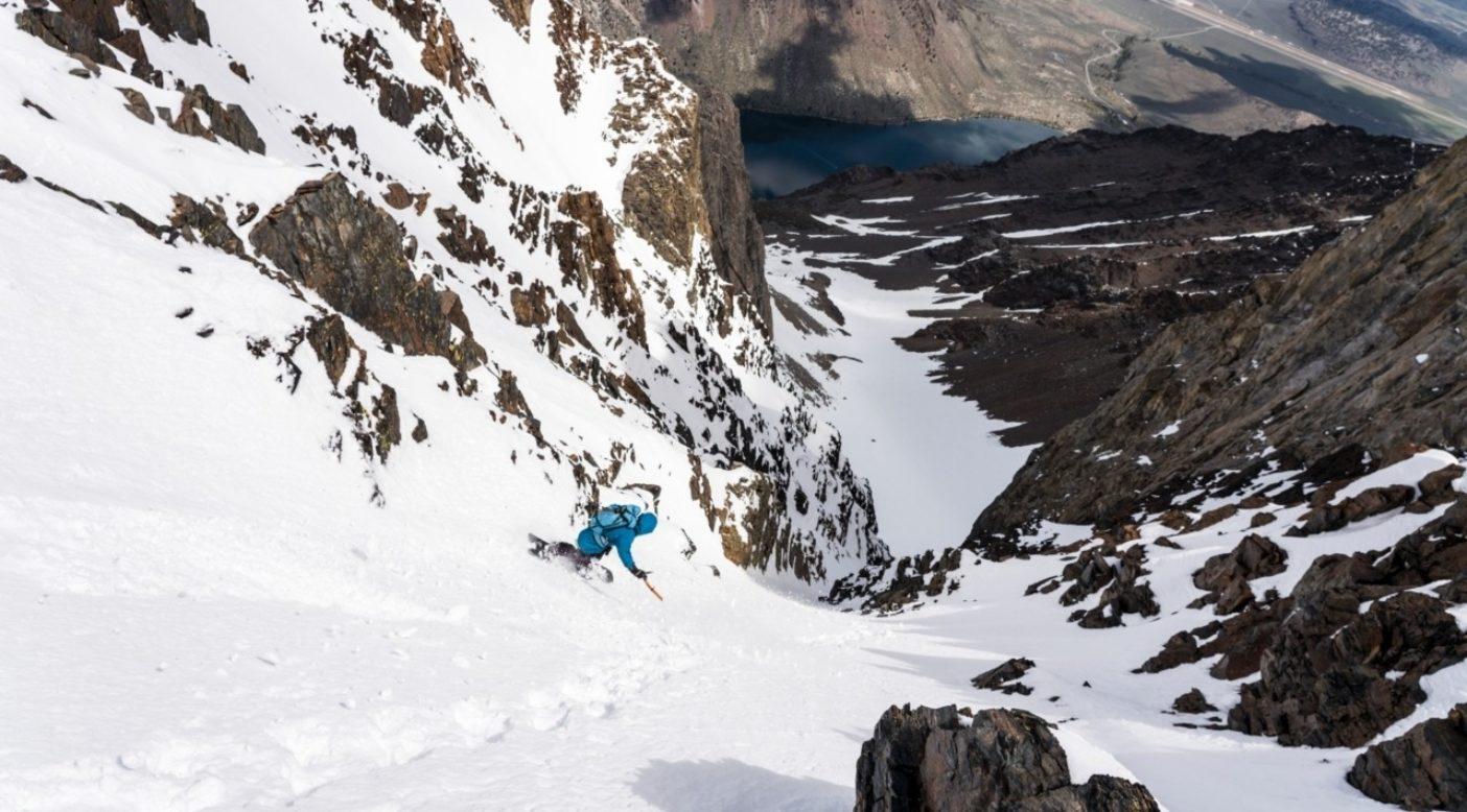 よし、いいぞ。コンビクト湖とハイウェイ395号を眼下に見下ろし、ニック・ラッセルはモリソン山の「死の岩溝」を滑降し始める。カリフォルニア州東シエラにて。写真:クリスチャン・ポンデラ