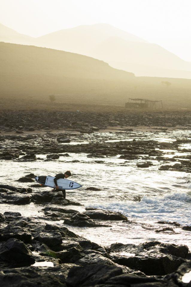 誰も乗っていない波がポイントに連なっていて、すぐにでもそこにたどり着きたい。だが火山岩とウニに覆われた海岸線のせいで、その一歩一歩は苦痛をともなった。photo : Al Mackinnon