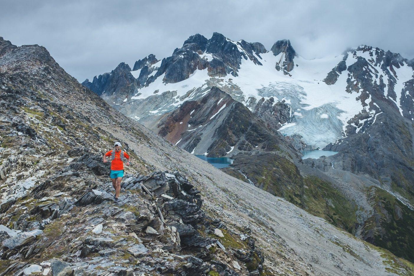 ウシュアイアでは予期していなかった暑い日に誘われて、 ロス・ヴァスコス氷河にあるナイフの刃のような尾根と高山湖 へとエスケープ。写真 : ロドリゴ・マンズ