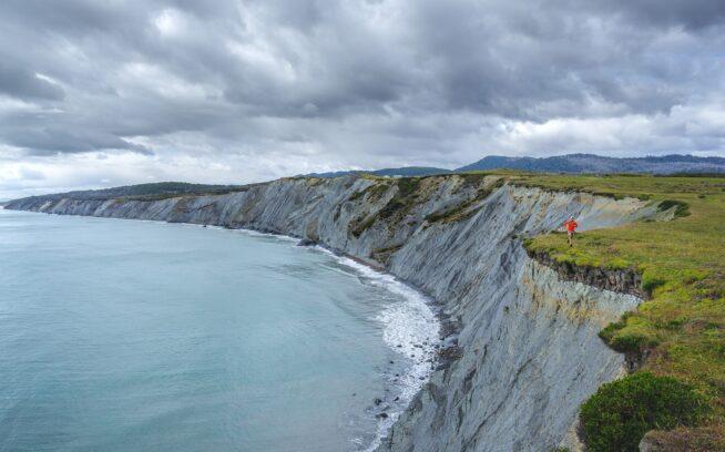 嵐が訪れる直前、ミトレ半島の海岸線の端に沿ってランニング中。写真 : ロドリゴ・マンズ