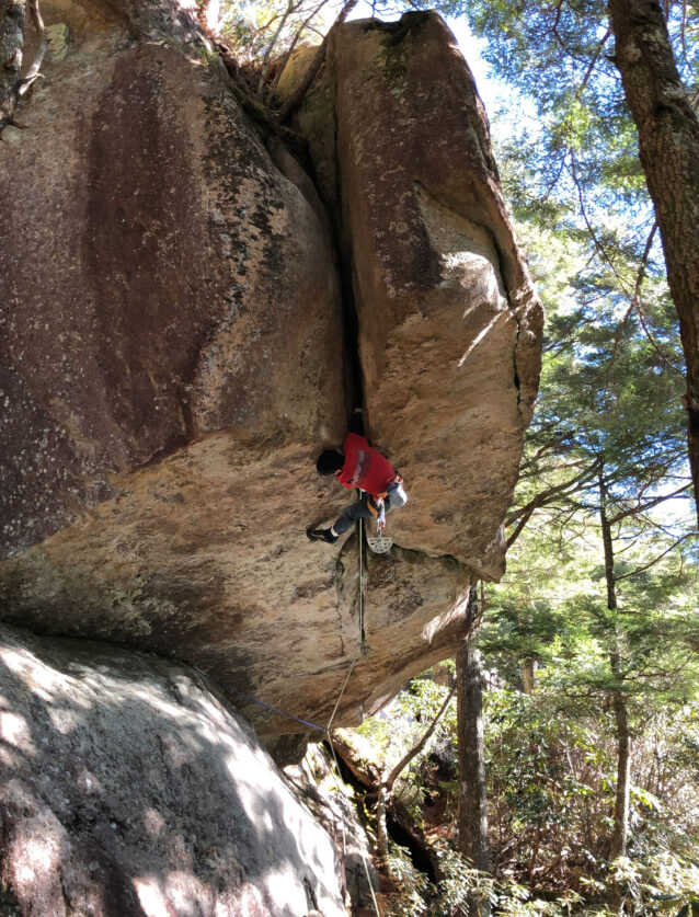 2018年11月 瑞牆山にある国内最難のワイドクラック「不動の拳5.12b」を登攀中で、ここからが一番難しかった。写真:安藤 真也