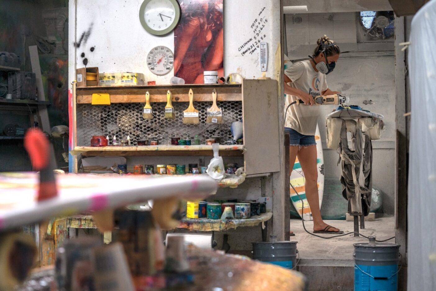 ペイジは15年間のさまざまなアルバイトのひとつとして、他の人のボードの修理を生活費の足しにしていた。このごろは、彼女が作業場にこもるのは自分のボードが壊れたときだけ。マウイにある「SOSシェイプス」の工房にて。Photo:Amanda Beenen Cantor